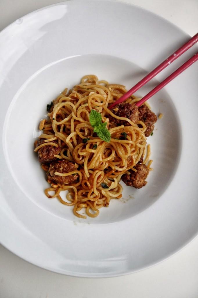Ricetta Noodles Uova.Noodles Con Polpettine Alla Salsa Di Soia