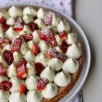 Dessert alle fragole, namelaka al lime, panna montata al mascarpone e pistacchi su sablé breton