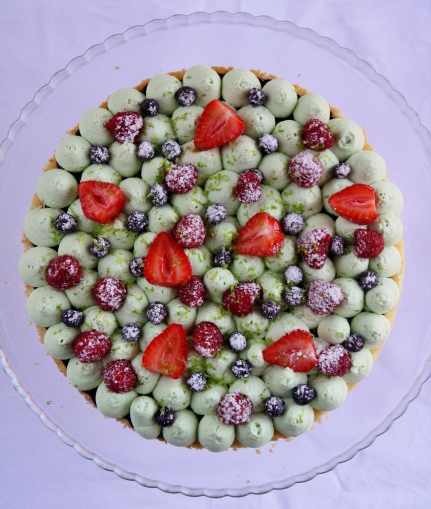 torta al limone, pistacchi e frutti di bosco