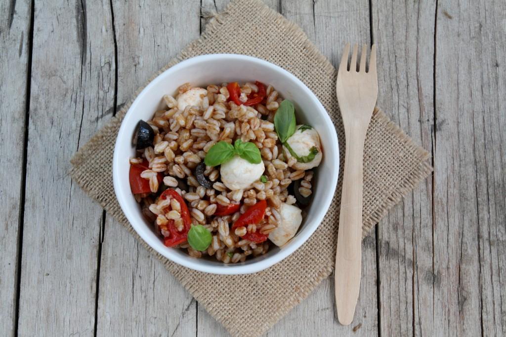 insalata di farro, con pomodorini, mozzarella e olive