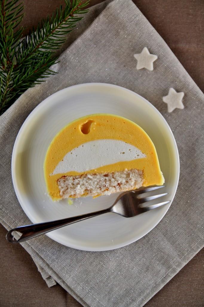 Bûche di Natale con mousse al cocco, mousse mango e passion fruit, dacquoise al cocco