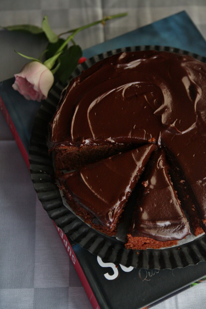 torta ai datteri e glassa al cioccolato