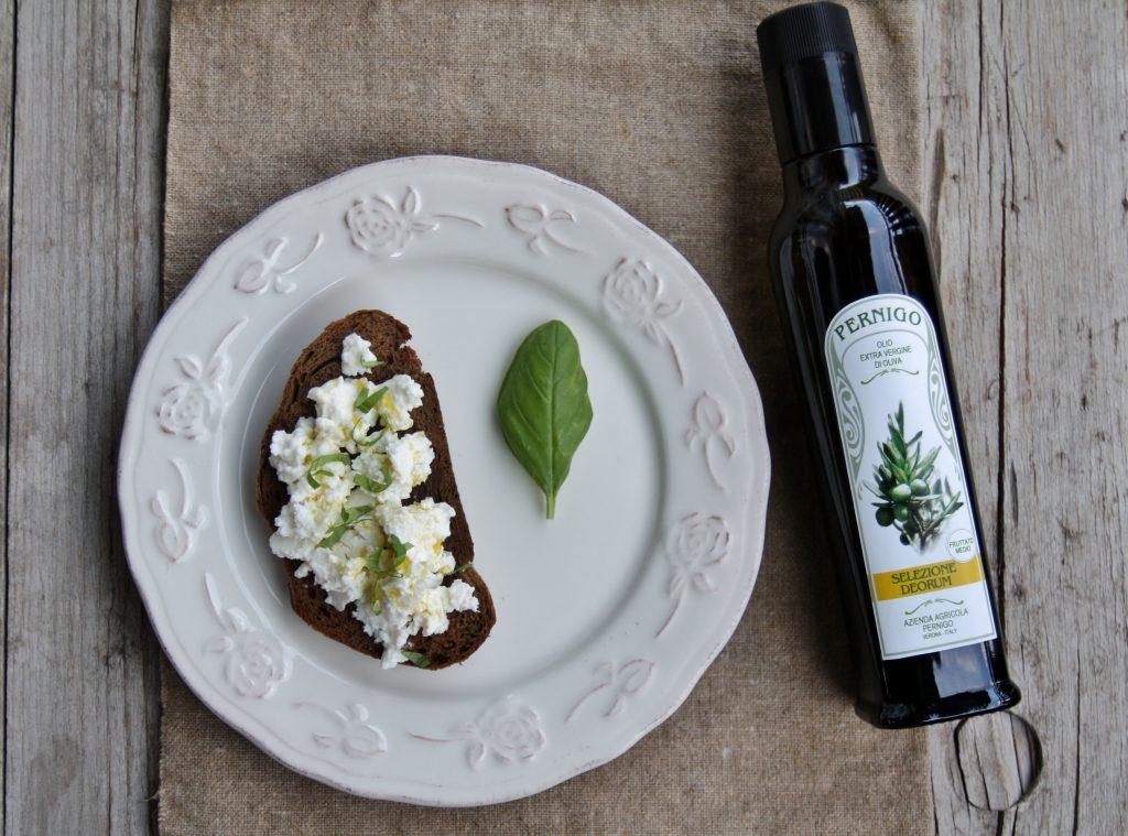 pane nero, ricotta e olio bio