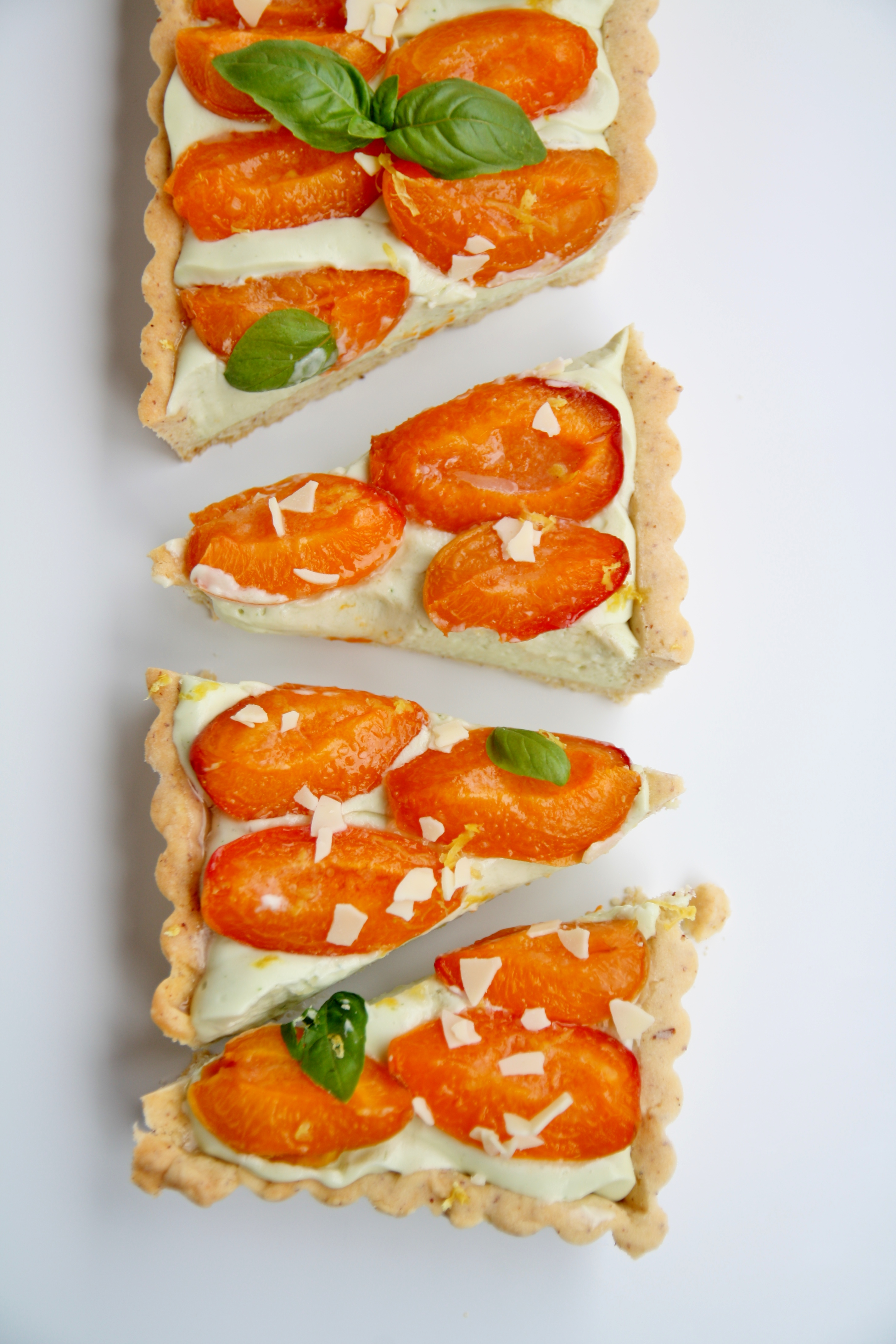 Crostata con namelaka al basilico e albicocche