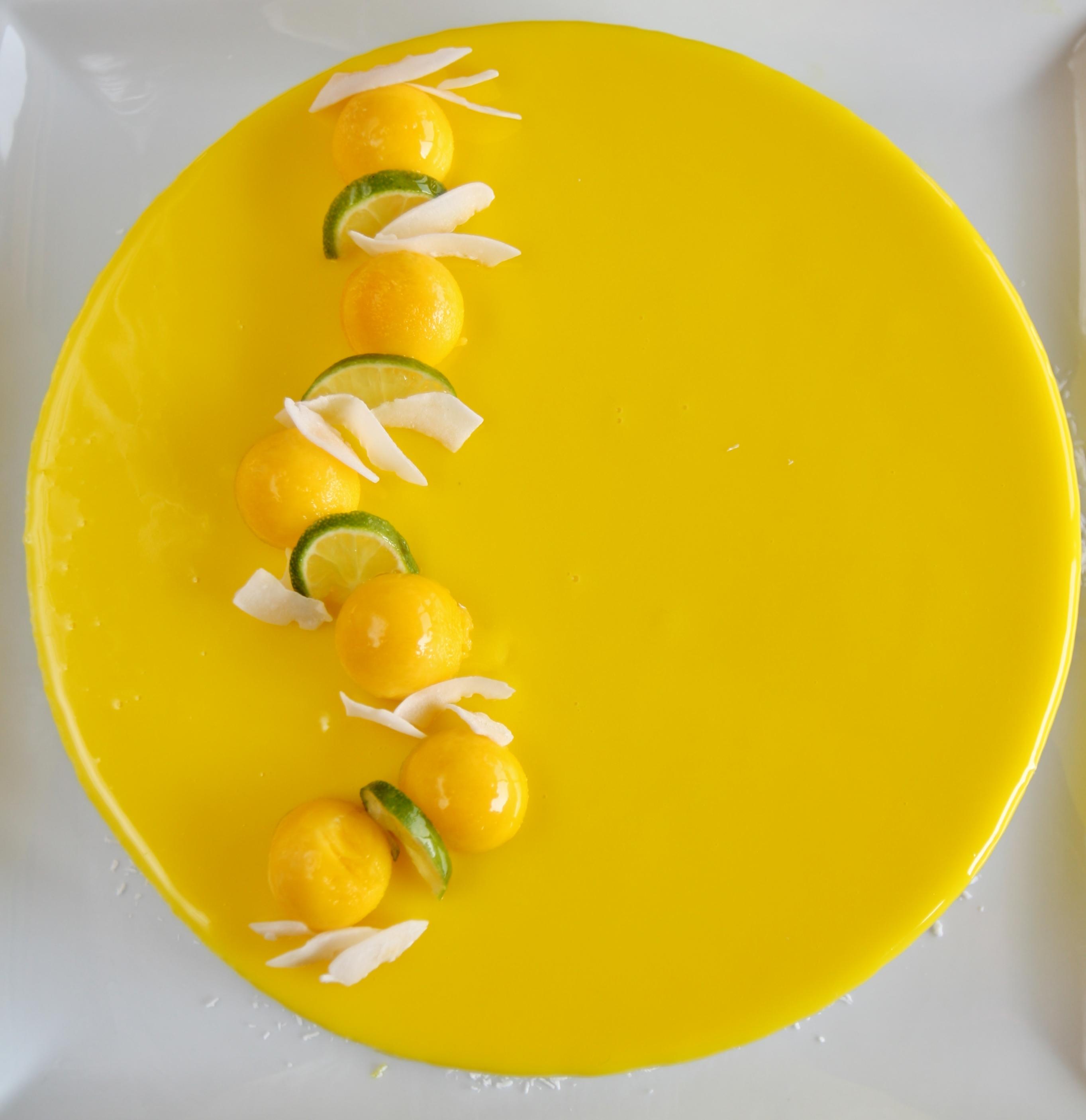 Dessert al cocco, mango, frutto della passione e lime