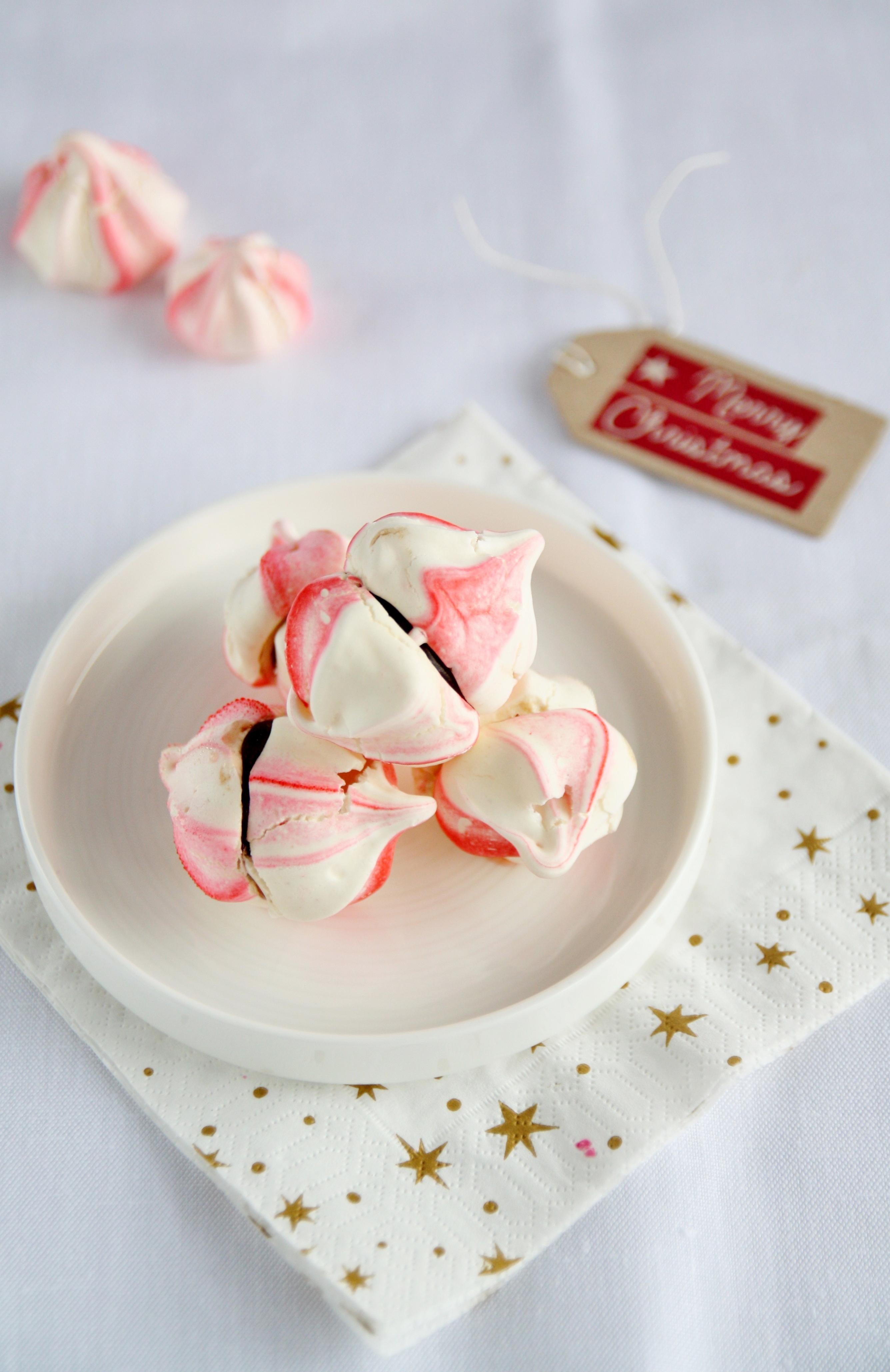 Baci di meringa con crema al té di Natale e cioccolato