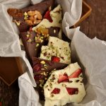 Sfoglia di cioccolato bianco con fragole essiccate e pistacchi