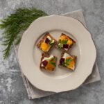 Crostini con formaggio erborinato e kumquat canditi