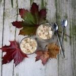 Dessert con pere caramellate, crema al mascarpone e crumble di noci