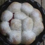 Buchteln con marmellata di fragole e fragoline di bosco