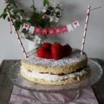 Victoria sponge cake alle fragole e lamponi per la festa della mamma