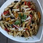 Insalata di pasta integrale con peperoni, pomodorini confit, olive nere e pesto di prezzemolo