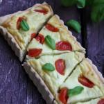 Torta salata allo yogurt greco, pomodorini e basilico