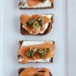Smørrebrød: crostini di pane nero e salmone