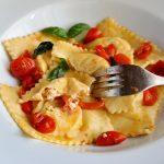 Ravioli allo zafferano, ricotta e pomodorini confit