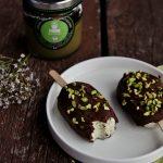 Mini stecchi gelato al pistacchio ricoperti di cioccolata
