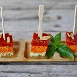 Torta salata ai peperoni, pomodori e basilico