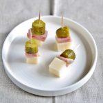 Spiedini con formaggio, prosciutto e cetriolini