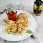 Calzoncini con carne speziata, senape con miele e salsa al pomodoro