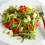 Spaghetti di zucchine con pomodorini confit, mozzarella e olive Taggiasche