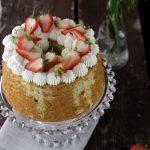 Chiffon cake all'ortica con panna e fragole