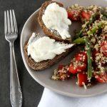 Insalata di quinoa rossa, freekeh, asparagi e pomodorini