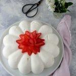 Torta moderna alle fragole e mousse allo yogurt greco