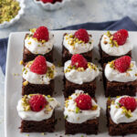 Brownies con panna e lamponi