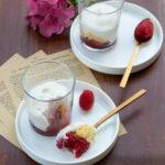 Dessert in bicchiere con lamponi e mousse alla mandorla