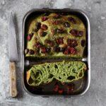 Focaccia verde con pomodori secchi e olive