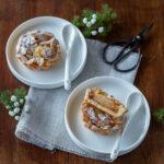 Crostatine con marmellata di albicocche, mele e mandorle